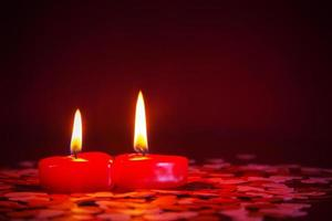 zwei rote Kerzen foto