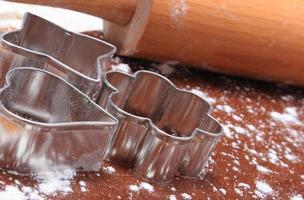 Ausstechformen und Nudelholz auf Teig für Kekse foto