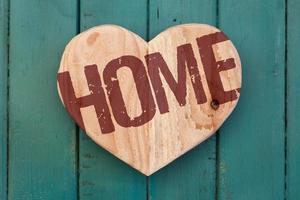 Liebe nach Hause Nachricht Holz Herz auf Türkis gemalt Hintergrund foto