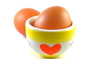 Eier und Keramikbecher