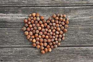 Haselnüsse in Herzform gruppiert