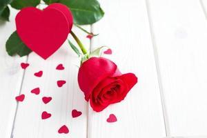rote Rose und kleine Herzen