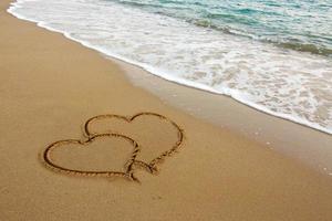 zwei Liebesherzen auf Sand. foto