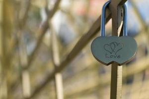 Liebe Vorhängeschloss der miteinander verbundenen Herzen foto