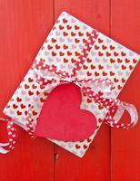kleine Geschenkbox mit Herzen foto