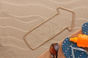 Goa Zeiger und Strandzubehör liegen im Sand