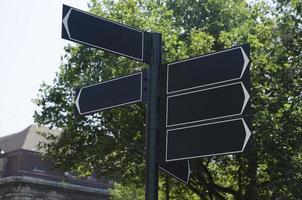 Straßenschild mit schwarzen Pfeilen foto