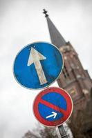 Verkehrszeichen mit geradem Pfeil foto