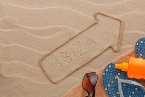 ibiza Zeiger und Strandzubehör liegen auf dem Sand