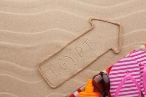 Ägypten Zeiger und Strandzubehör auf dem Sand liegen