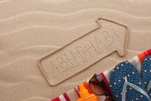 Abu Dhabi Zeiger und Strandzubehör liegen im Sand
