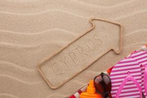 Zypernzeiger und Strandzubehör liegen im Sand