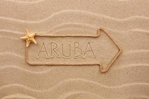 Pfeil aus Seil das Wort Aruba auf dem Sand
