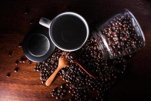 Kaffeetasse und auf einem Holztisch. dunkler Hintergrund.
