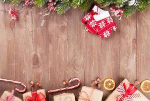 Weihnachtshintergrund mit Tannenbaum und Geschenkboxen foto