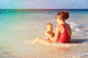 Mutter und kleine Tochter haben Spaß am Strand