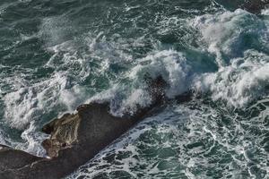 Wellen krachen gegen die Felsen in Navarra