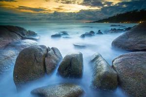 Wellen treffen die Küste foto