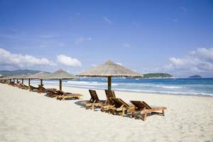 Liegestühle und Sonnenschirme am Meer
