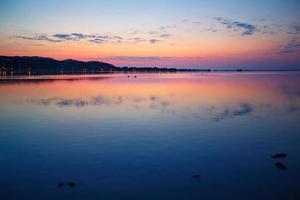 schöner Sonnenuntergang über Wasser auf der Insel Sardinien foto