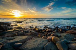 dramatischer Sonnenuntergang am felsigen Strand, Südaustralien