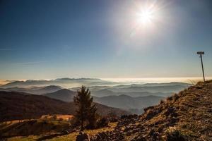 Herbstmorgen auf einem Berg italienischer Alpen foto