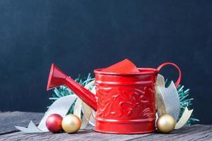Gießkanne und Weihnachtsdekoration