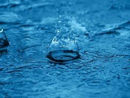 Spritzer Wasser auf blaue Oberfläche