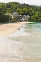 exotischer tropischer Strand mit türkisfarbenem Wasser foto