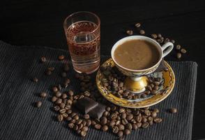 türkischer Kaffee mit einem Glas Wasser