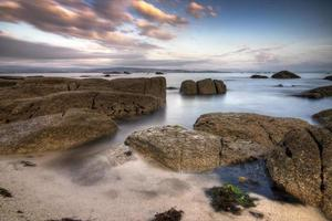 Wasser zwischen den Felsen eines Strandes