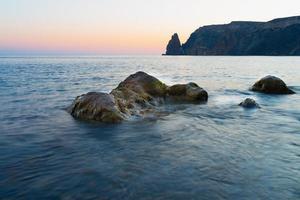 Landschaftsfoto von Felsen im Meer foto