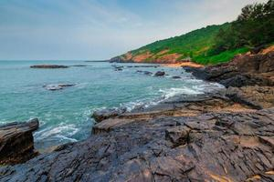 blaues Meer und schön das felsige Ufer foto