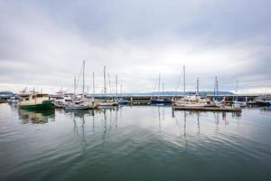 Skyline und Fischerboote entlang des Docks foto