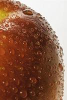 roter und grüner Apfel mit Wassertropfen foto