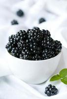 natürliche organische Brombeere gesunde Diät Snack in der weißen Schüssel. sauber foto