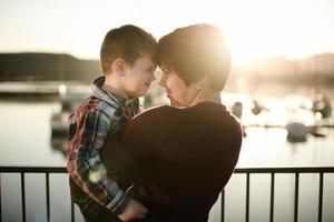 Sonnenuntergang Wasserfront Mutter & Sohn