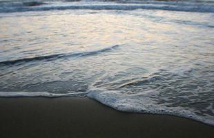 Wellen am Strand bei Sonnenuntergang in der Toskana