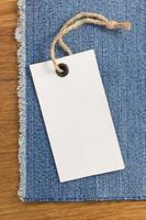 Jeans bei Holzbeschaffenheit foto