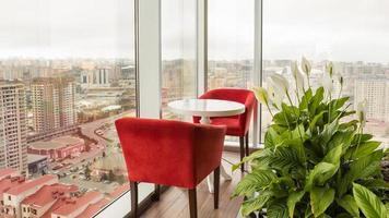 kleiner Tisch mit Blick auf die Stadt