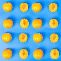 gelbe Pflaumenfrucht auf blauem Hintergrund foto