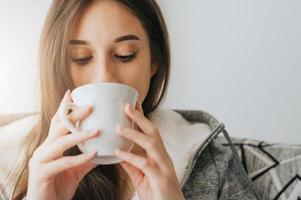 Frau trinkt morgens Kaffee