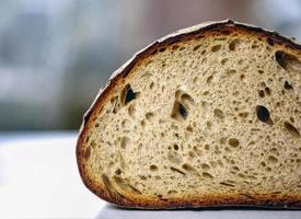 Brot auf weißem Tisch schneiden