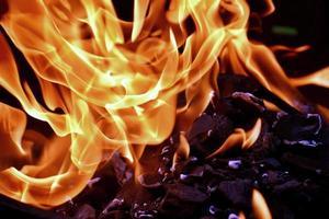 Feuerflamme über Glut