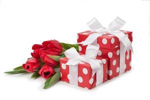 rote Kisten mit weißen Bändern und einem Strauß Tulpen