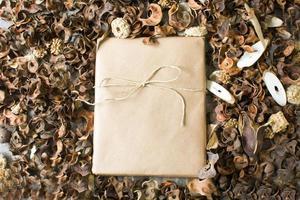 rustikale Geschenkbox umgeben von Herbstlaub foto