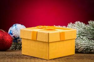 Geschenkbox mit Weihnachtselementen foto