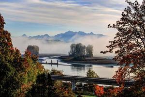 Morgennebel über dem Fluss im Herbst