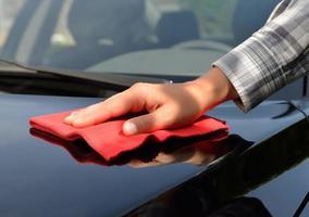 Autopflege - ein schwarzes Auto polieren