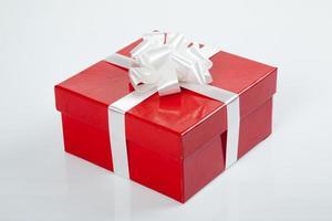 rote Geschenkbox mit weißer Schleife für Weihnachten foto
